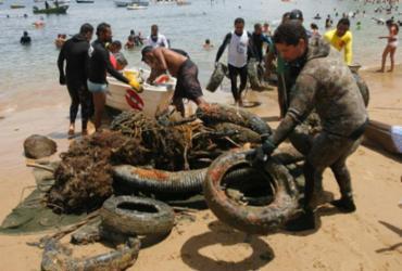 Pescadores fazem mutirão para remover lixo da praia do Porto da Barra | Luciano da Matta | Ag. A TARDE