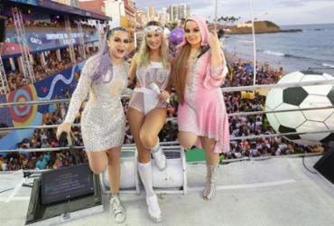 Cláudia Leitte canta dentro de bola gigante e recebe dupla sertaneja no último dia de carnaval | Sércio Freitas | Divulgação