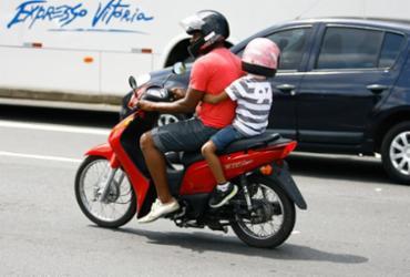 Conduzir criança na garupa requer cuidados; confira dicas | Joá Souza l Ag. A TARDE