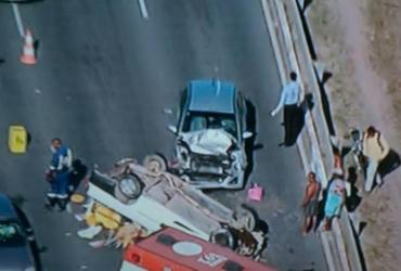 Carro capota após colisão na avenida Paralela | Reprodução | TV Record
