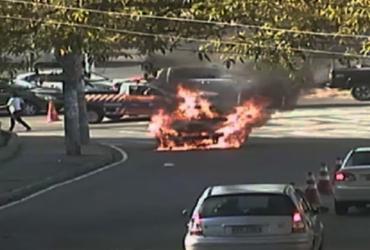 Carro pega fogo na entrada do Vale dos Lagos | Divulgação | Transalvador
