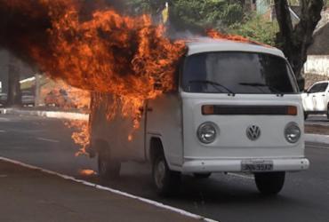 Kombi pega fogo na avenida Garibaldi | Reprodução | TV Bahia