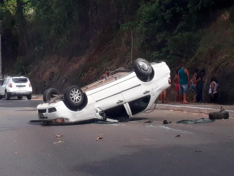 Com o forte impacto da batida, um dos veículos capotou - Foto: Cidadão Repórter | Via WhatsApp