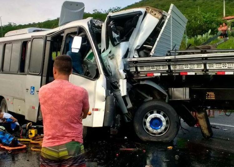 Colisão frontal entre micro-ônibus e caminhão aconteceu no trecho de Manoel Vitorino - Foto: Reprodução