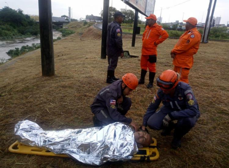 Bombeiros retiraram morador de rua de córrego e levaram para hospital - Foto: Divulgação