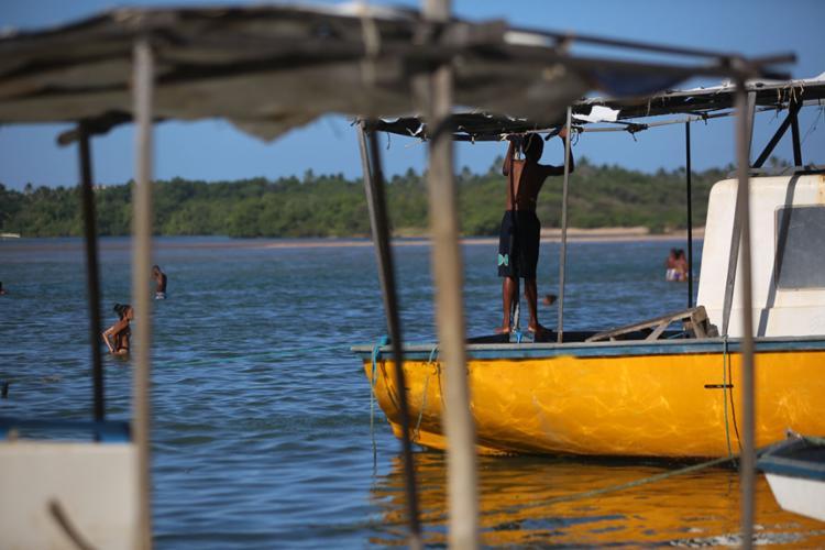 Fortes ondas viraram a embarcação na praia de Buraquinho - Foto: Joá Souza | Ag. A TARDE | 20/11/2017