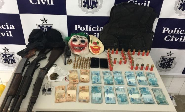 Armas, munições, dinheiro e mascaras de palhaço foram encontrados com o bando - Foto: Divulgação | Polícia Civil