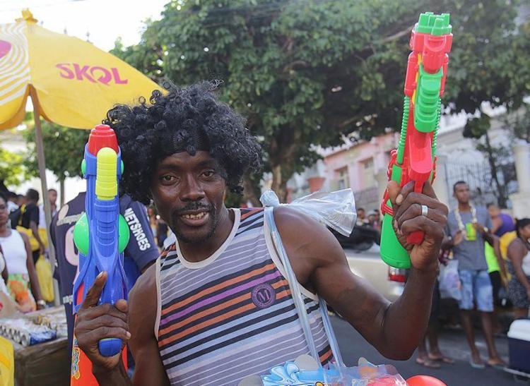 A Ladeira dos Aflitos foi ocupada por ambulantes vendendo adereços como peruca a arma aquática - Foto: Margarida Neide | Ag. A TARDE