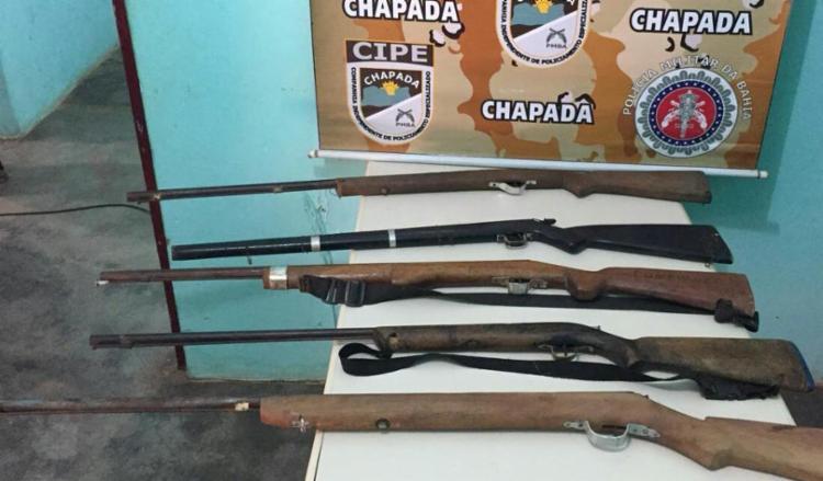 Cinco suspeitos que fugiram do local e deixaram o armamento na cabana - Foto: Divulgação | SSP-BA