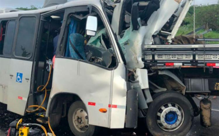 Colisão frontal entre micro-ônibus e caminhão aconteceu no trecho de Manoel Vitorino - Foto: Reprodução | Blog do Léo Santos