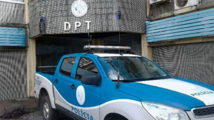 Corpo de Welington Pereira da Silva foi levado para o DPT de Feira - Foto: Aldo Matos   Acorda Cidade