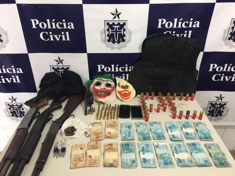 Armas, drogas, máscaras e R$ 16,2 mil foram apreendidos - Foto: Divulgação | Polícia Civil