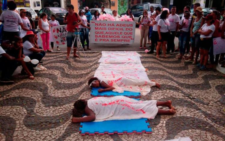 Manifestação chamou atenção para a violência contra mulheres na cidade - Foto: Tiago Souza | Cidadão Repórter