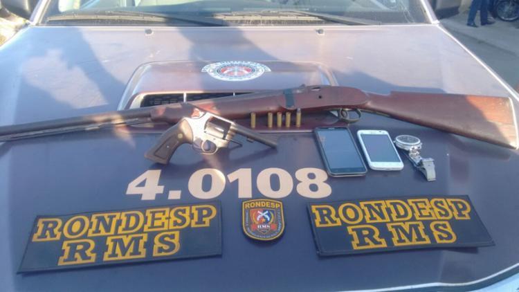 Uma espingarda e um revólver calibre 38 foram apreendidos com os dois irmãos - Foto: Divulgação   SSP-BA