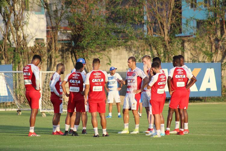 Treinador conversa com o elenco durante atividade no Fazendão - Foto: Divulgação l EC Bahia