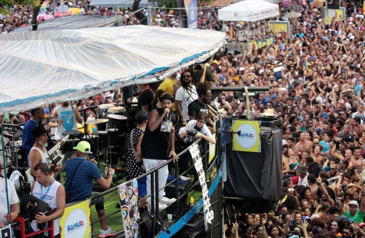 BaianaSystem anima a pipoca no Campo Grande em trio independente na terça de Momo - Foto: Adilton Venegeroles | Ag. A TARDE