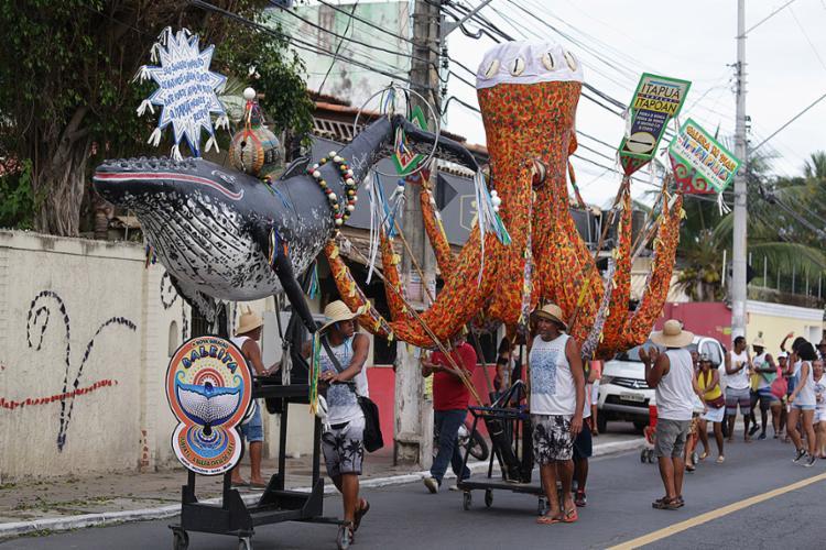 Baleia Jubarte e o Polvo de papel machê, feitos pelo artista plástico Ives Quaglia - Foto: Joá Souza l Ag. A TARDE