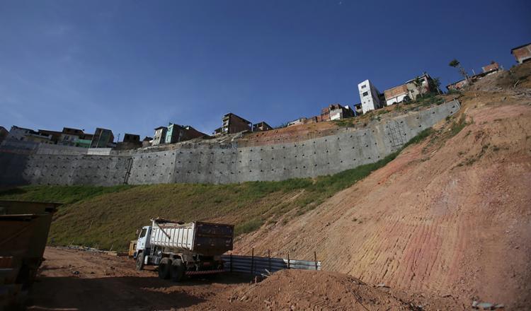 Obra de contenção da encosta do Barro Branco, que deslizou em 2016, está sendo executada pelo município - Foto: Joá Souza l Ag. A TARDE