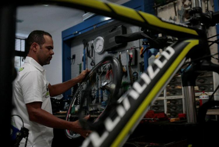 Denilio Pereira é proprietário de loja especializada em produtos para ciclismo - Foto: Alessandra Lori | Ag. A TARDE