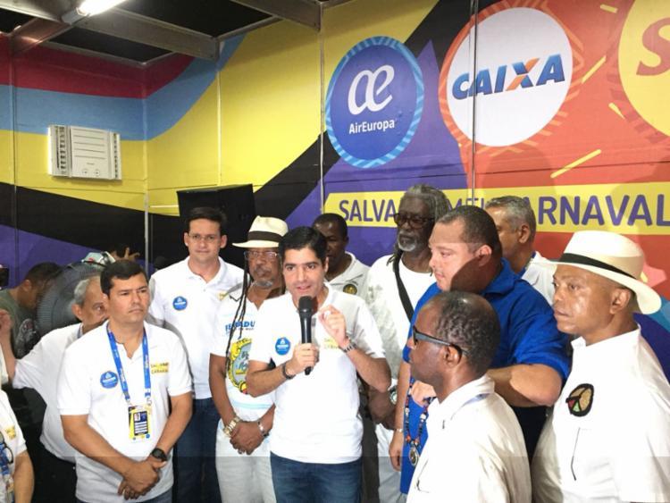 Presidente do Olodum, João Jorge (a direita do prefeito ACM Neto) participou da coletiva - Foto: Roseli Servilha   Ag. A TARDE