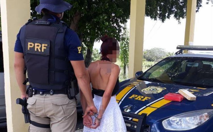 A suspeita foi levada para a delegacia de polícia judiciária e responderá por tráfico - Foto: Divulgação | Polícia Rodoviária Federal