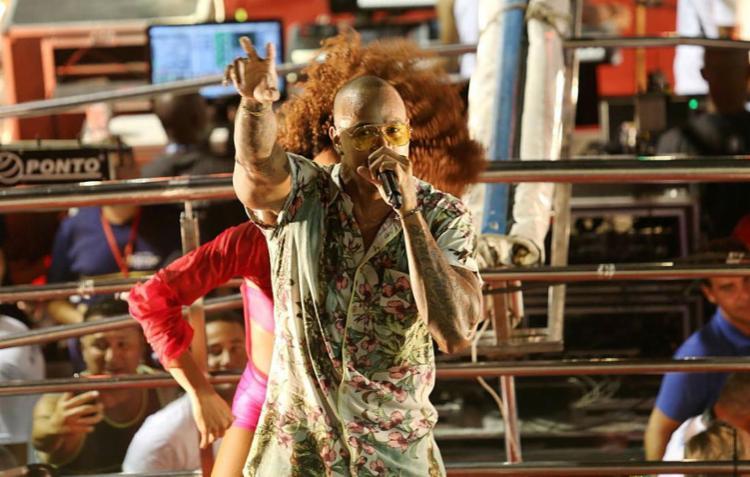 O cantor Léo Santana comandará o bloco Nana Banana na Barra - Foto: Adilton Venegeroles | Ag. A TARDE | 08.02.2018