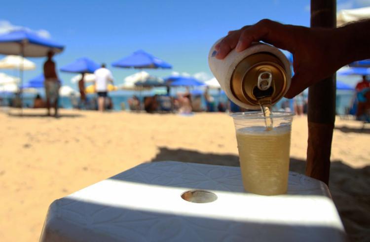 Da Barra a Itapuã, o latão da cerveja sai por R$ 7 e o refrigerante custa R$ 5, - Foto: Alessandra Lori | Ag. A TARDE