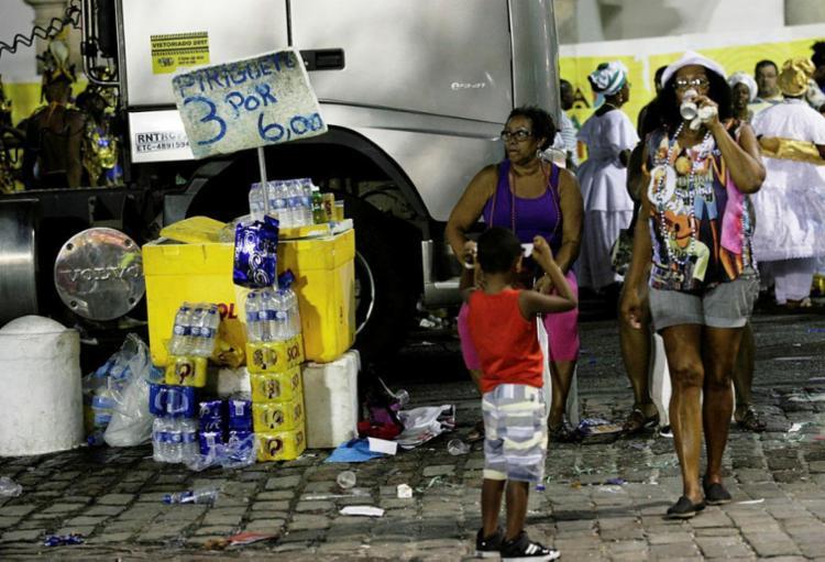 Só bebidas da Ambev podem ser comercializadas nas áreas do Carnaval da capital - Foto: Mila Cordeiro | Ag. A TARDE | 27.02.2017
