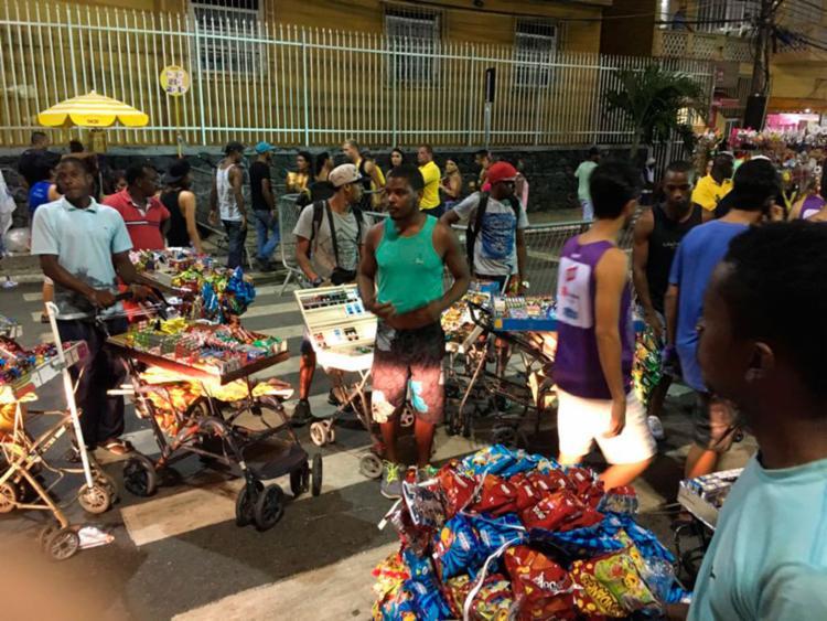 Ambulantes tentam barrar a entrada dos foliões - Foto: Juracy dos Anjos | Ag. A TARDE