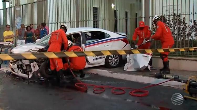 Bombeiros precisaram remover porta do táxi para socorrer a vítima - Foto: Reprodução   TV Bahia