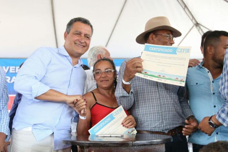 Ainda em Coribe, o governador entregou 887 certificados de Cadastro Estadual Florestal de Imóveis Rural (CEFIR) - Foto: Mateus Pereira/GOVBA