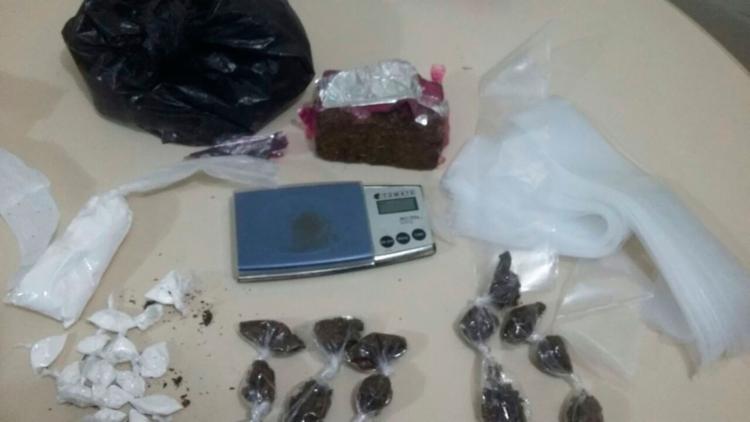 Foram encontrados 15 porções de cocaína, 14 de maconha e uma balança de precisão - Foto: Divulgação | PC-BA