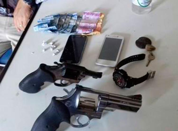 Dois revólveres foram apreendidos - Foto: Reprodução | Nas Malhas da Lei