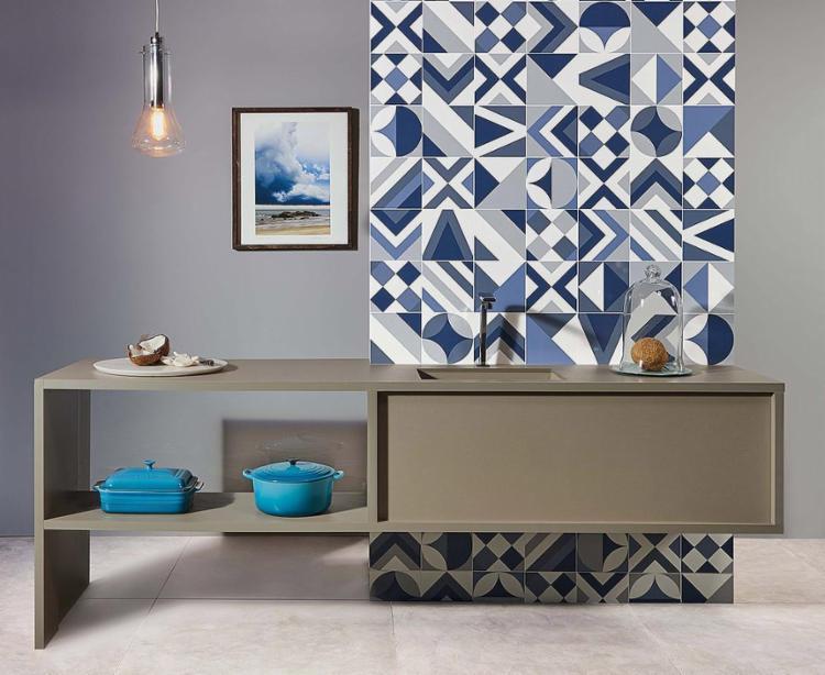 Os azulejos modernos são destaque no ambiente, cercados por paredes e móveis neutros e objetos no tom da estampa - Foto: Rortobello l Divulgação