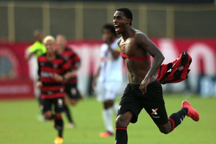 Denilson marcou o terceiro gol do Leão - Foto: Raul Spinassé | Ag. A TARDE