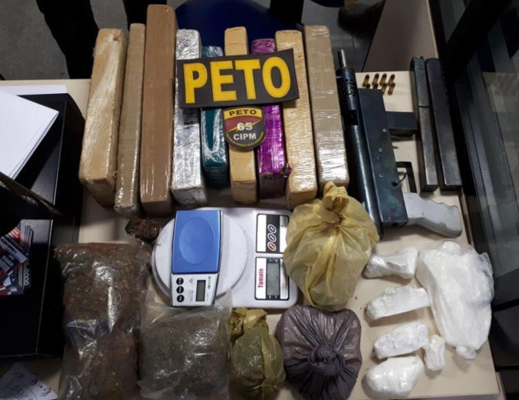 Arma e drogas foram encontradas na casa da suspeita - Foto: Divulgação | SSP