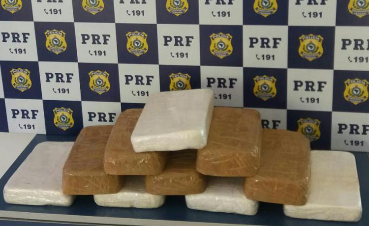 Drogas estavam em uma mochila que estava em posse da mulher - Foto: Divulgação   PRF