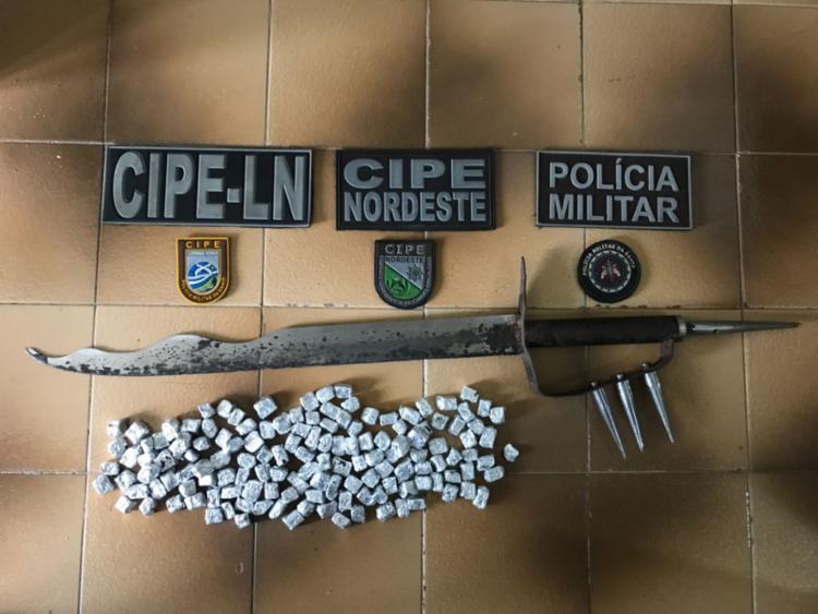 Além das drogas, suspeitos foram encontrados com simulacro de espada - Foto: Divulgação | SSP