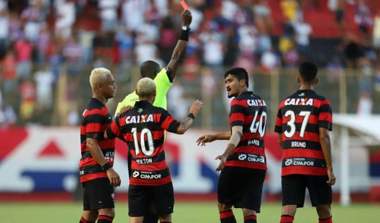 Vitória teve cinco jogadores expulsos - Foto: Adilton Venegeroles | Ag. A TARDE | 18.02.2018