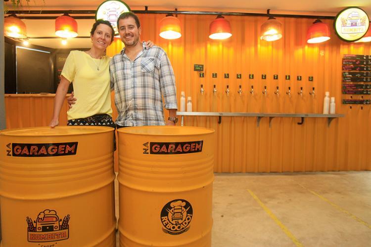 Danilo, da Tá Rebocado! Hamburgueria, e Marina, da Kombita Chopp, comemoram a parceria - Foto: Mila Cordeiro l Ag. A TARDE
