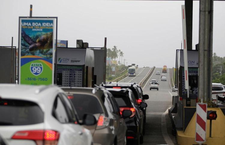 Isto ocorre devido a uma decisão do TJ-BA, que proíbe a concessionária de cobrar tarifa mais cara durante o feriado - Foto: Raul Spinassé | Ag. A TARDE | 23/06/2017