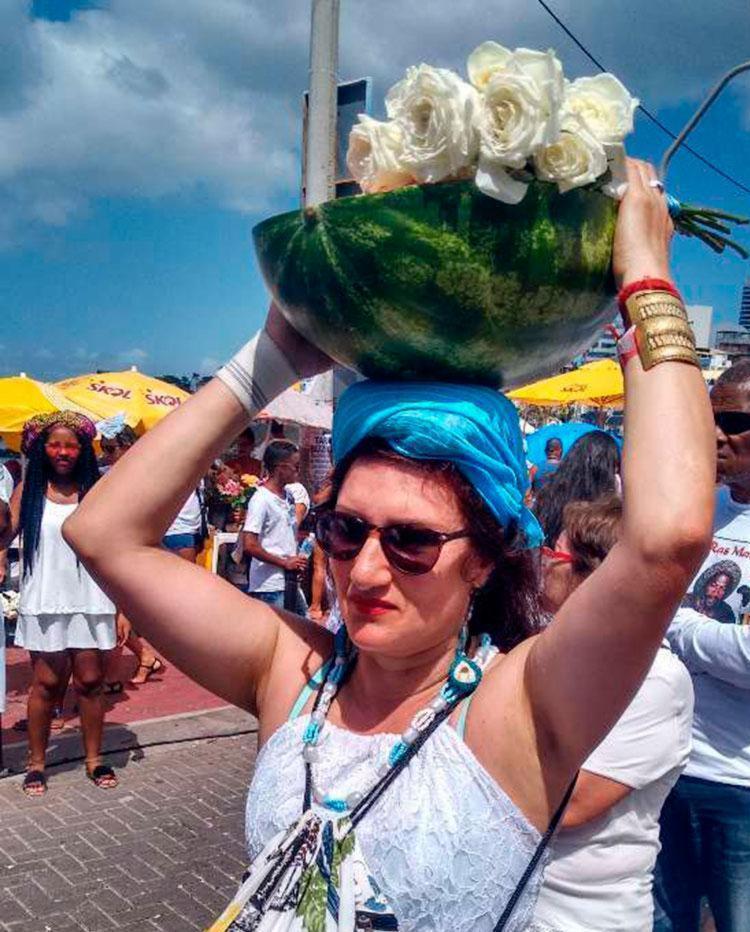 Uruguaia levou uma melancia para oferecer à Iemanjá - Foto: Thaís Seixas | Ag. A TARDE | 02.02.2018