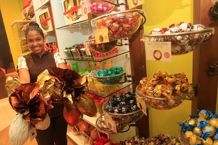Franciele foi efetivada para atuar no setor de vendas da loja da Cacau Show após experiência como temporária na Páscoa de 2015 - Foto: Mila Cordeiro l Ag. A TARDE
