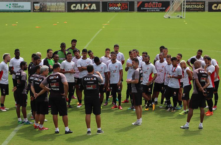 Comissão técnica conversa com jogadores antes de atividade na Toca do Leão - Foto: Maurícia da Matta l EC Vitória