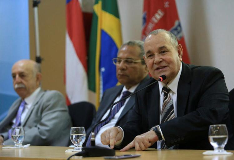 Gesivaldo falou com a imprensa após inauguração do salão nobre da Unicorp - Foto: Raul Spinassé | Ag. A TARDE