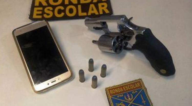 Suspeito foi preso com um revólver calibre 38 - Foto: Divulgação | Polícia Militar