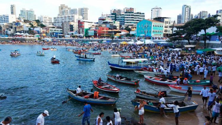 Centenas de pessoas estão no Rio Vermelho para reverenciar a Rainha do Mar - Foto: Raul Spinassé | Ag. A TARDE