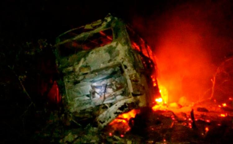 Ônibus ficou parcialmente destruído - Foto: Reprodução | Blog Rodrigo Ferraz