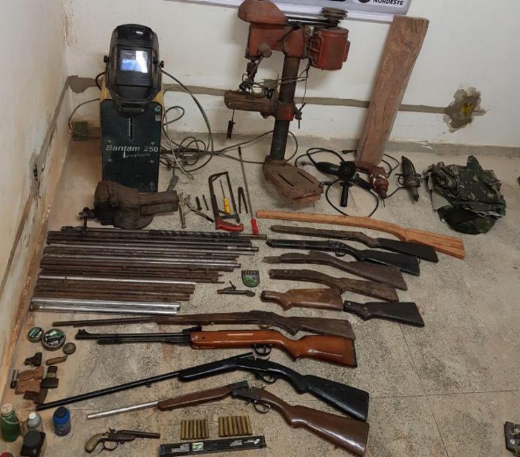 Foram apreendidas quatro espingardas, uma pistola, munições e outros objetos - Foto: Divulgação   Polícia Militar