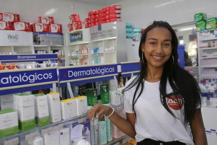 Larissa reveza o trabalho como aprendiz em uma farmácia com a formação profissional - Foto: Margarida Neide | Ag. A TARDE